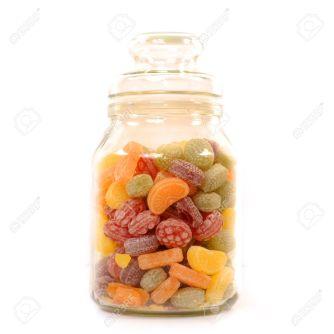 10947040-frasco-de-vidrio-lleno-de-dulces-sobre-fondo-blanco-Foto-de-archivo