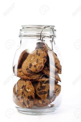 4963992-Un-frasco-de-vidrio-lleno-de-galletas-en-el-fondo-blanco-Foto-de-archivo