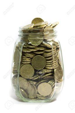 7847381-Frasco-de-vidrio-lleno-de-monedas-de-euro-veinte-centavos-sobre-fondo-blanco--Foto-de-archivo